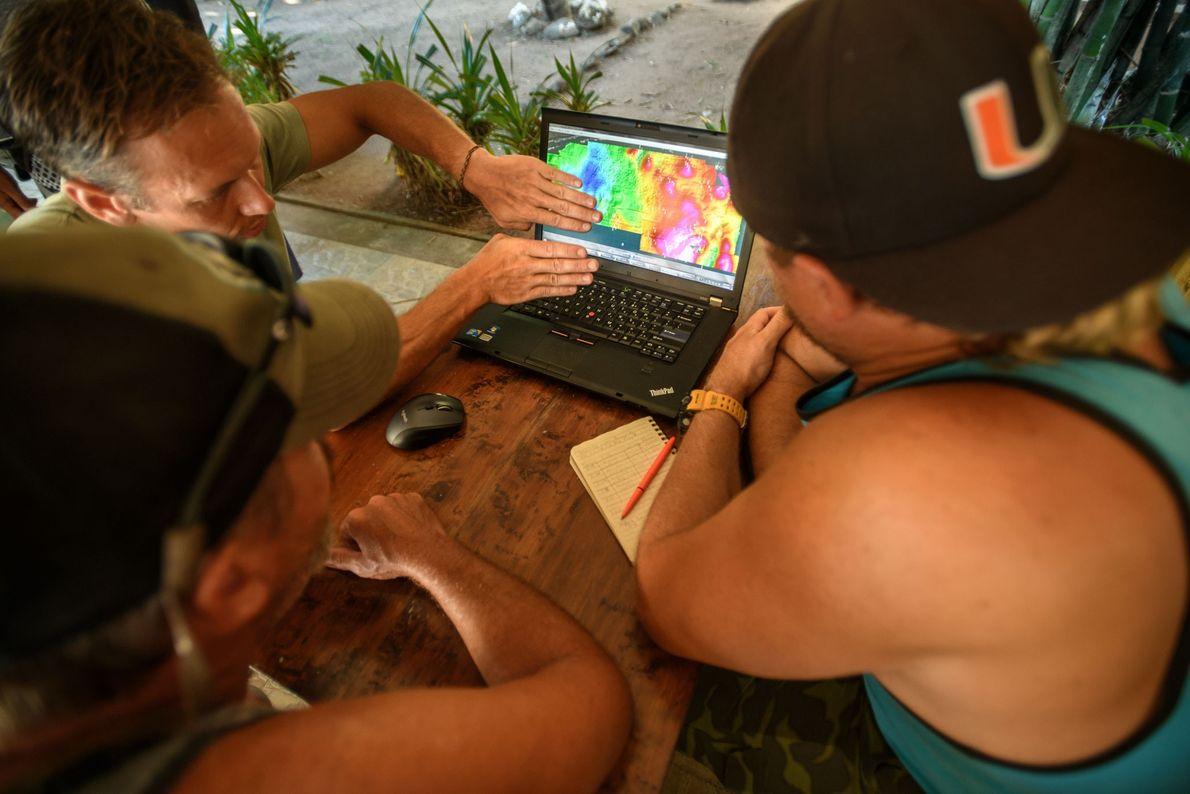 Archäologen begutachten eine Karte der Anomalien, die während eines Einsatzes des Magnetometers unter Wasser nahe Villa ...