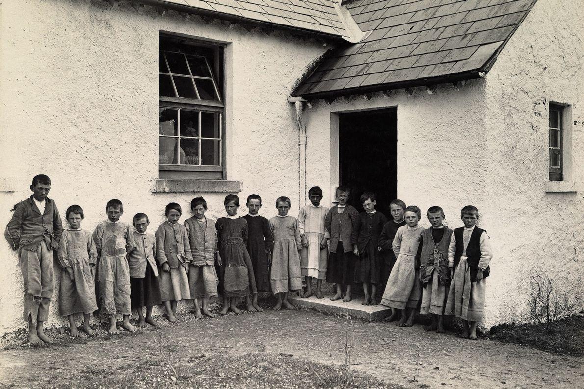 Jungen stehen vor ihrer Schule in Galway, Irland.
