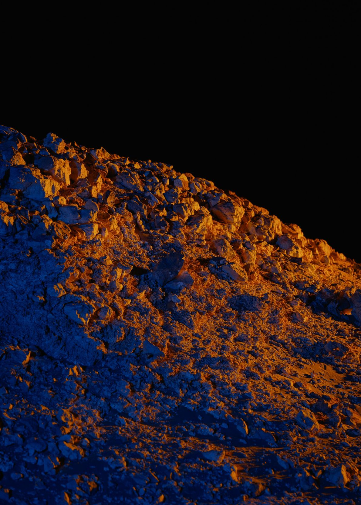 Das künstliche Licht lässt einen Felsvorsprung nördlich von Kepler Station fast unwirklich wirken.