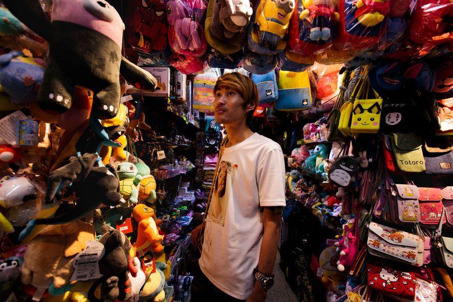 Der 42-jährige Junji sucht in einem Laden in Taipeh nach einem Geschenk für Ciaoyo, eine seiner ...