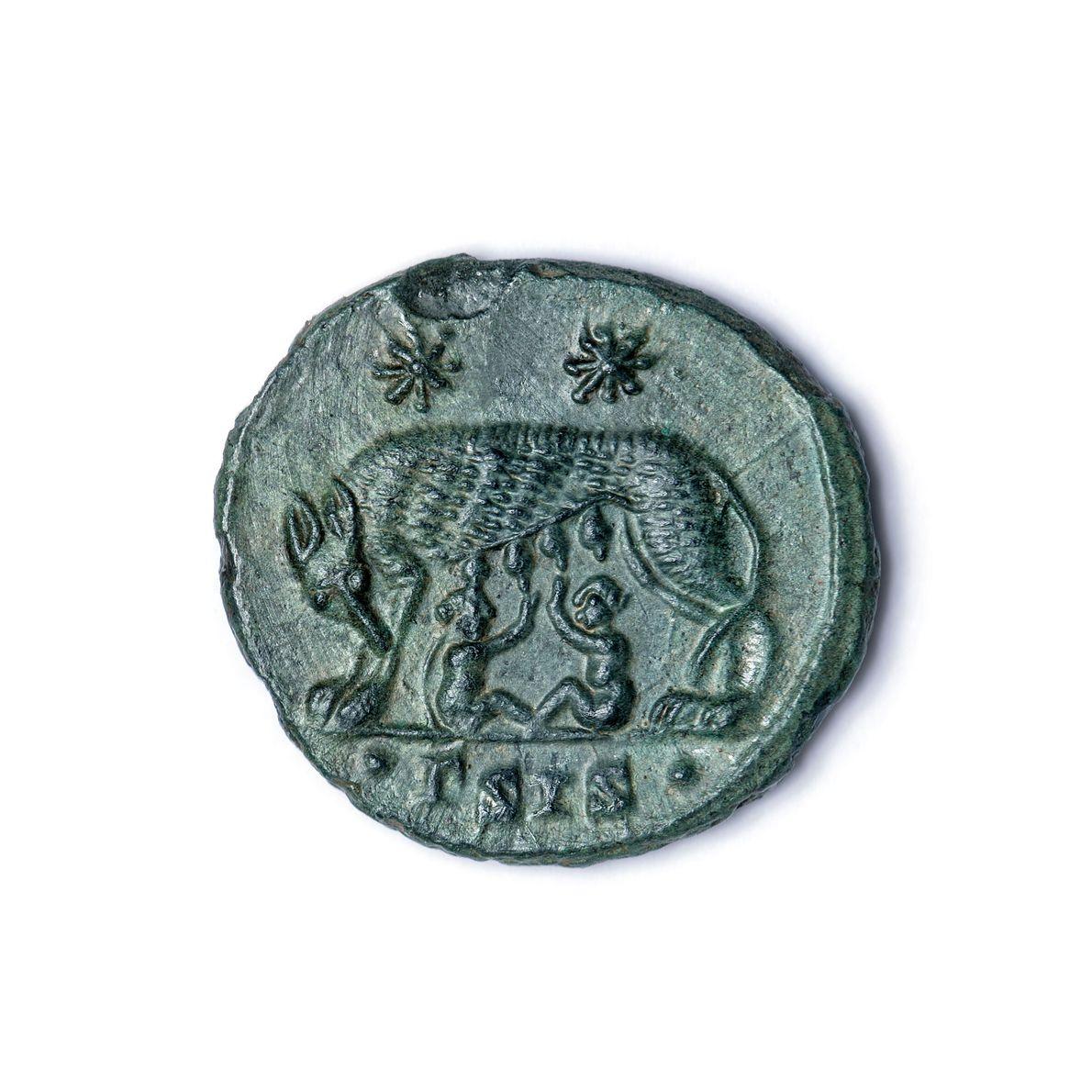 Eine Münze aus dem 4. Jahrhundert, die ebenfalls bei den Grabungsarbeiten gefunden wurde, zeigt die Wölfin ...