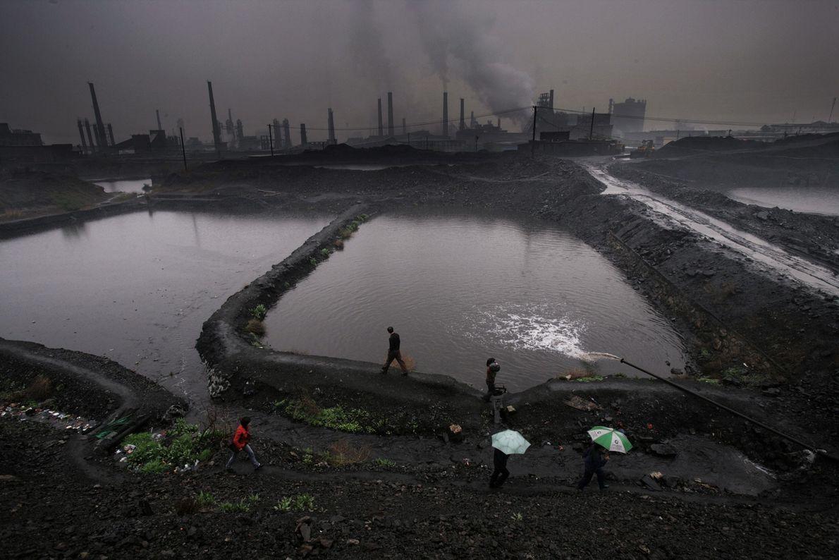Die Silhouette von Fabriken erhebt sich über der uralten Stadt Hancheng. Sie ist einer der Hauptproduzenten ...