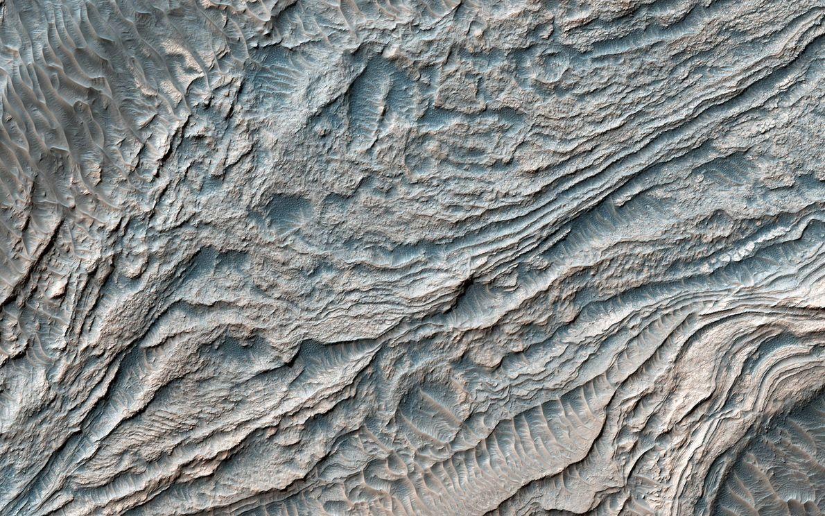 Diese Aufnahme des Mars Reconnaissance Orbiter zeigt eine Reihe von Schichten, die womöglich durch Sedimentablagerungen entstanden, ...