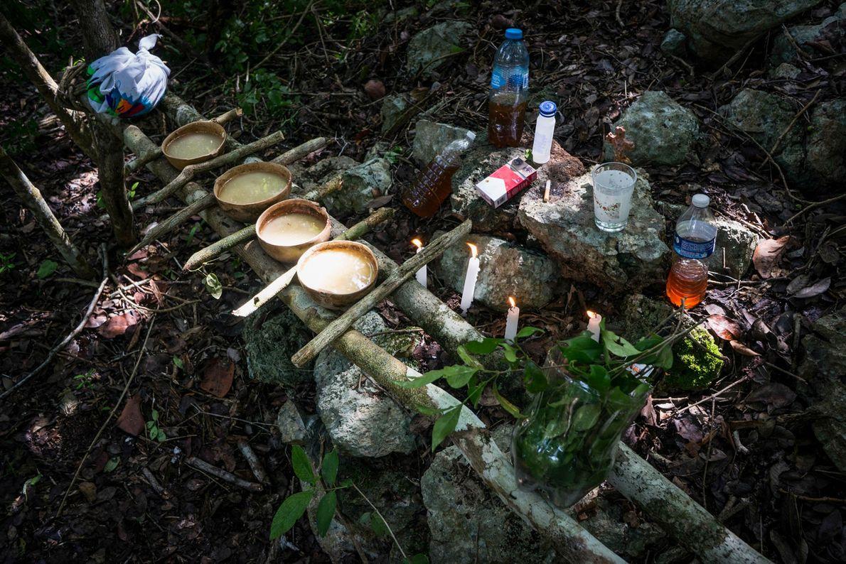 Die örtlichen Maya verehren die Höhlen noch immer: Schamanen bringen den Schutzgeistern von Balamku Opfergaben dar ...