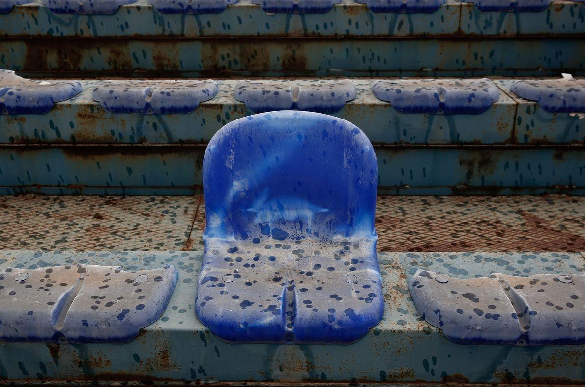 Im Baseball-Stadion des Elliniko Olympic Complex sind viele der Sitze mittlerweile kaputt. Das Bild entstand im ...