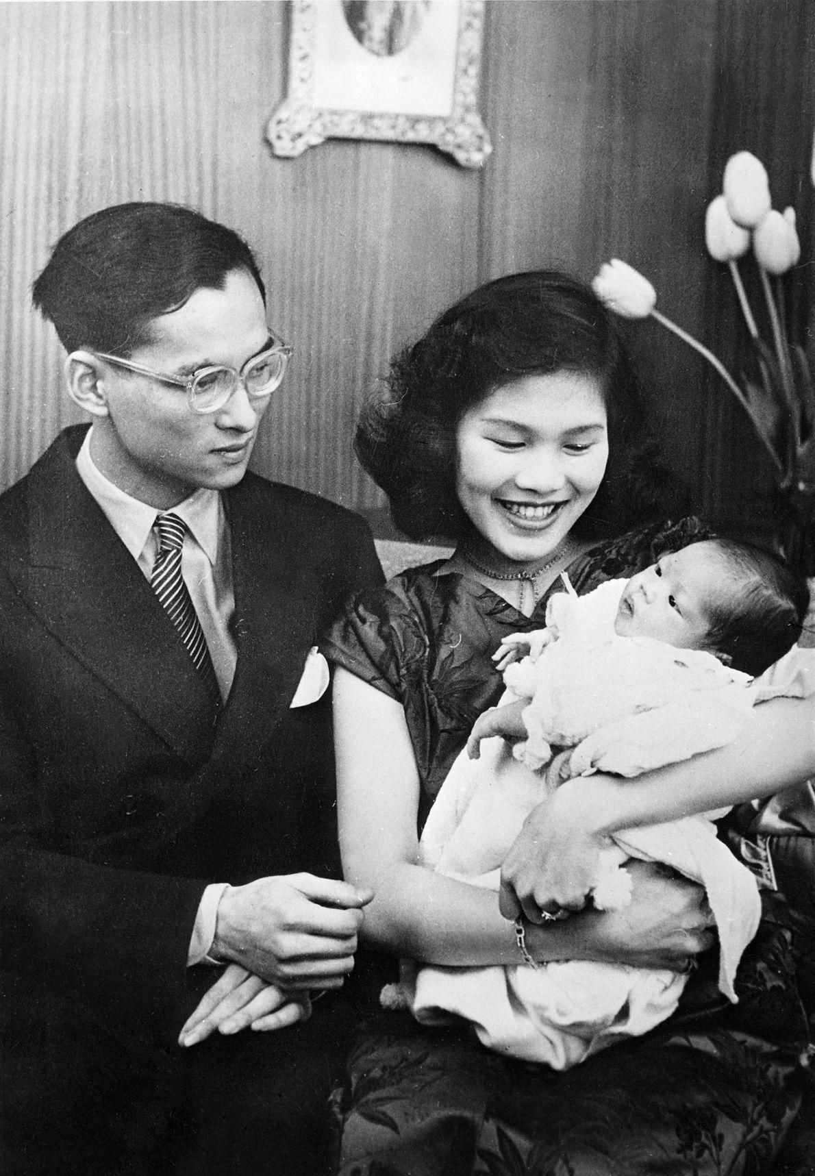 Der König von Thailand, Bhumibol Adulyadej, mit seiner Frau, der Prinzessin Sirikit, und seiner neugeborenen Tochter ...