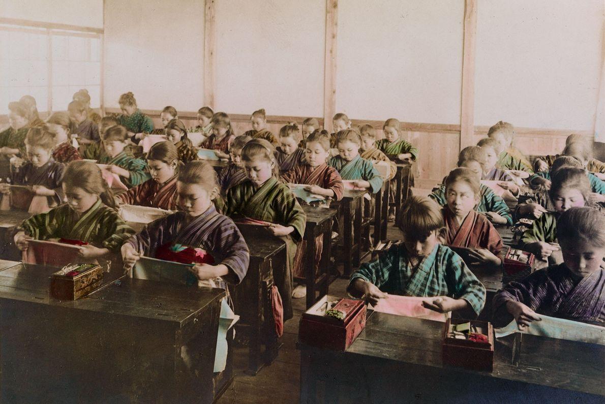 Auf einer Mädchenschule lernen die Schülerinnen das Nähen.