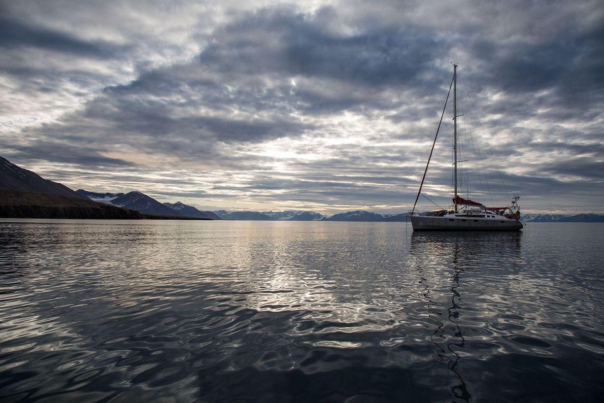 Das Segelschiff geht an einem ruhigen Tag vor dem Spitzbergen-Archipel vor Anker.
