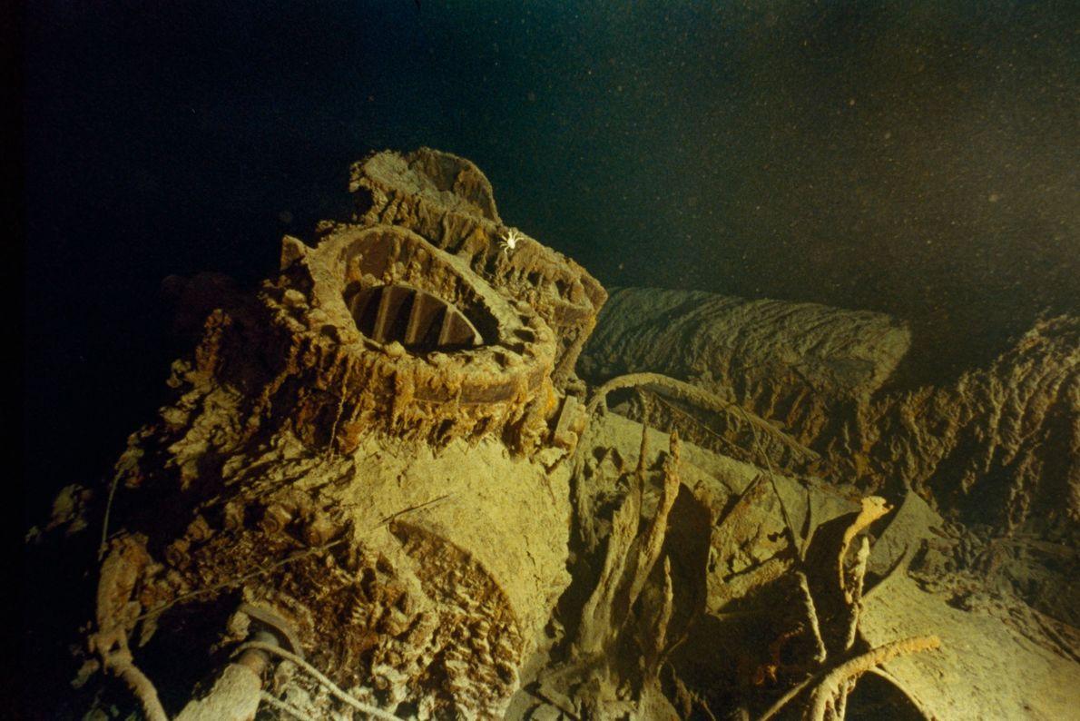 Auf dem Maschinendeck der Titanic kann man noch Reste von großen Ventilen aus Bronze erkennen.