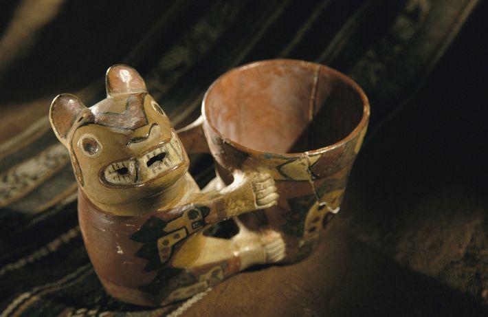 Während ihrer zeremoniellen Bankette tranken die Wari eine Art Bier namens Chicha aus reich verzierten Trinkgefäßen.