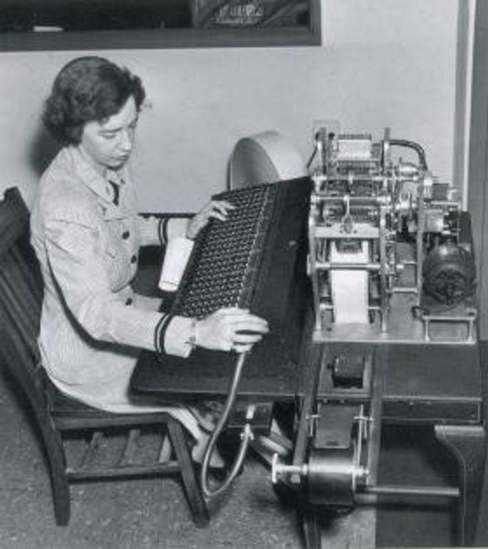 Dr. Grace Hopper arbeitet an einem Lochstreifen-Computer.