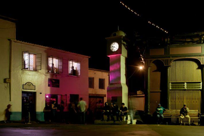 Menschen versammeln sich vor der White Horse Tavern in Jamestown, einem von drei Pubs auf der ...