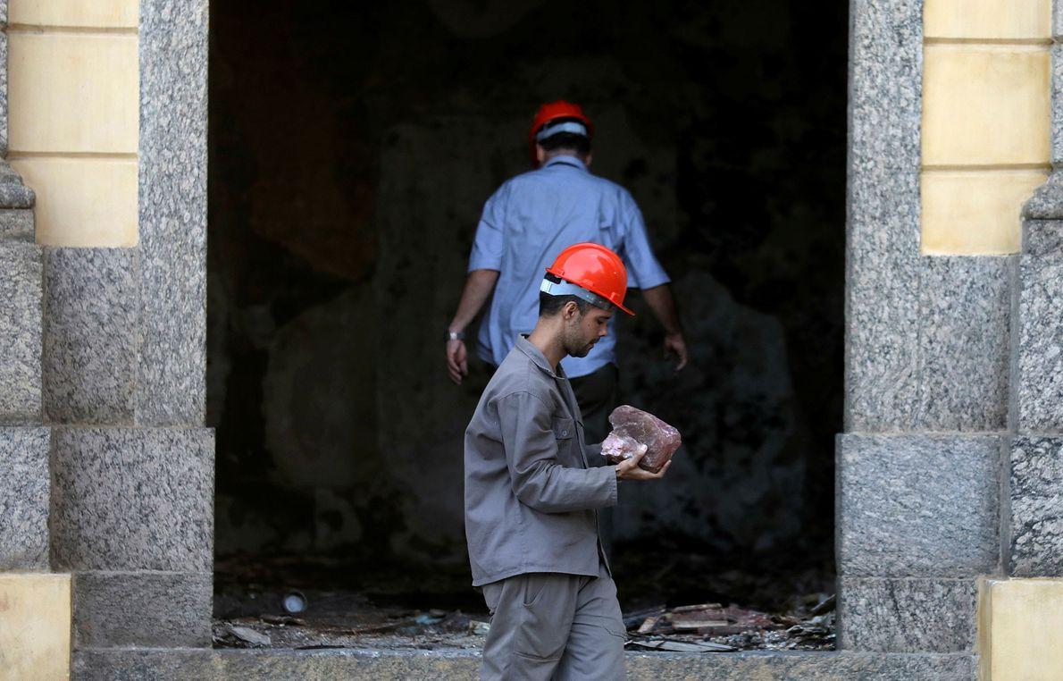 Ein Arbeiter bringt einen Steinbrocken aus dem Nationalmuseum.