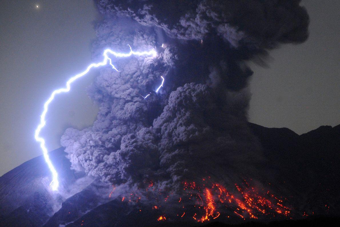 Vulkane bringen nicht nur Ströme weißglühenden Gesteins hervor, sondern auch unglaubliche Lichtblitze. Diese werden durch die ...