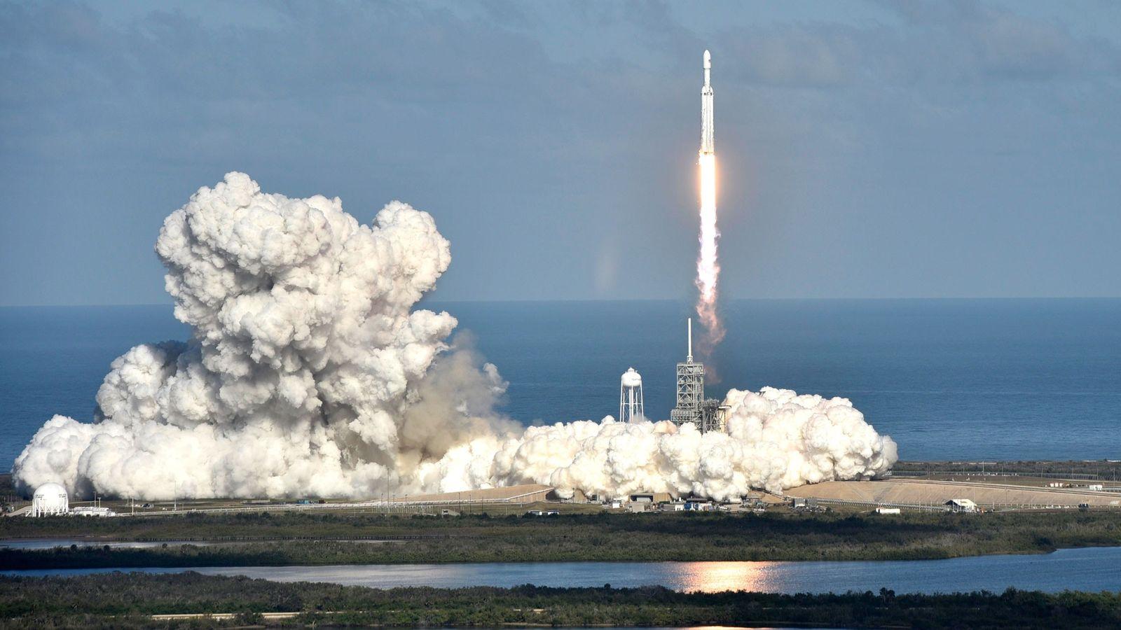 Am 6. Februar 2018 startete SpaceX zum ersten Mal erfolgreich die neue Falcon Heavy. Die Rakete ...