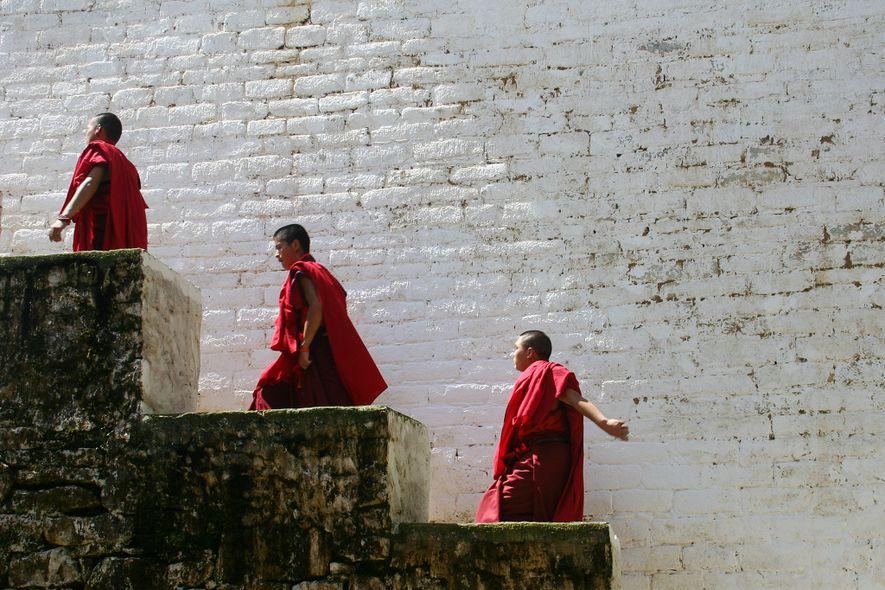 Mönche kehren nach einer Zeremonie in Bhutan 2010 in ihre Unterkunft zurück.
