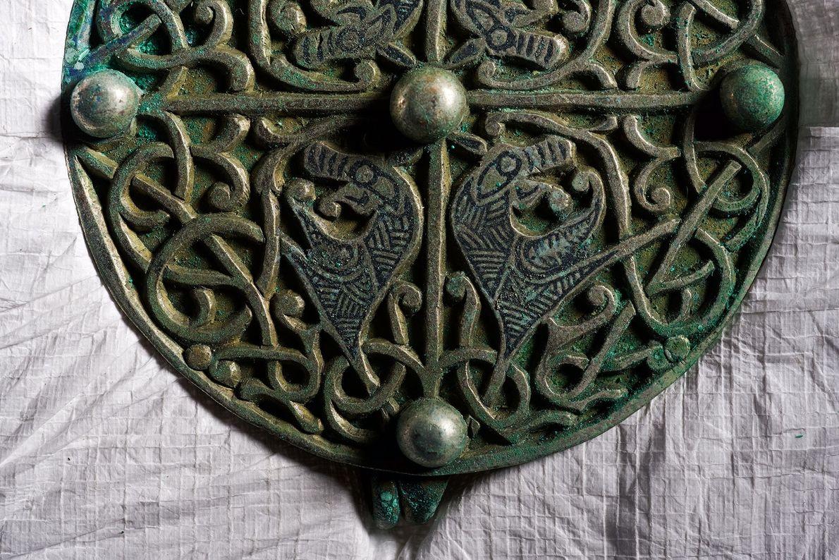 Verschlungene Linien und mythische Wesen zieren eine der neun Silberfibeln aus dem Galloway Hoard.