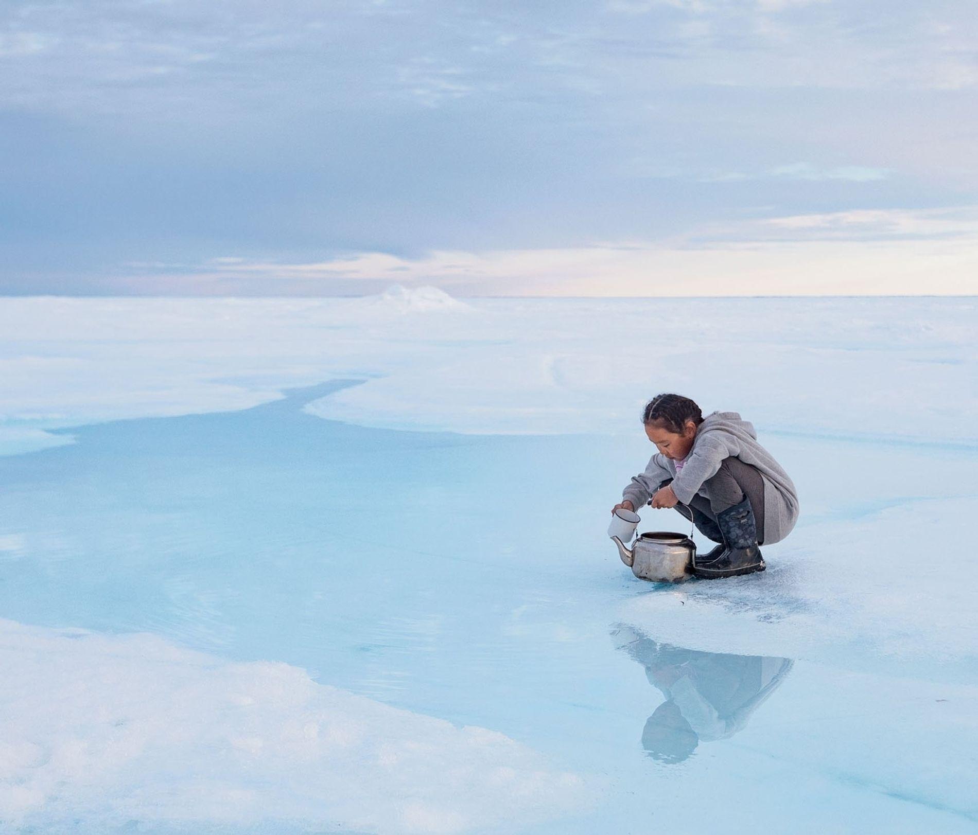 Wenn das Meereis altert, sinkt das Salz in das Meer hinab, sodass sich an der Oberfläche ...