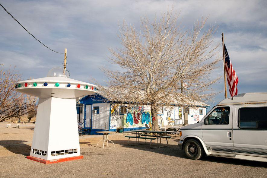 Das Restaurant Little A'Le'Inn in Rachel, Nevada (Einwohnerzahl: 54) ist das einzige noch verbleibende Geschäft im ...