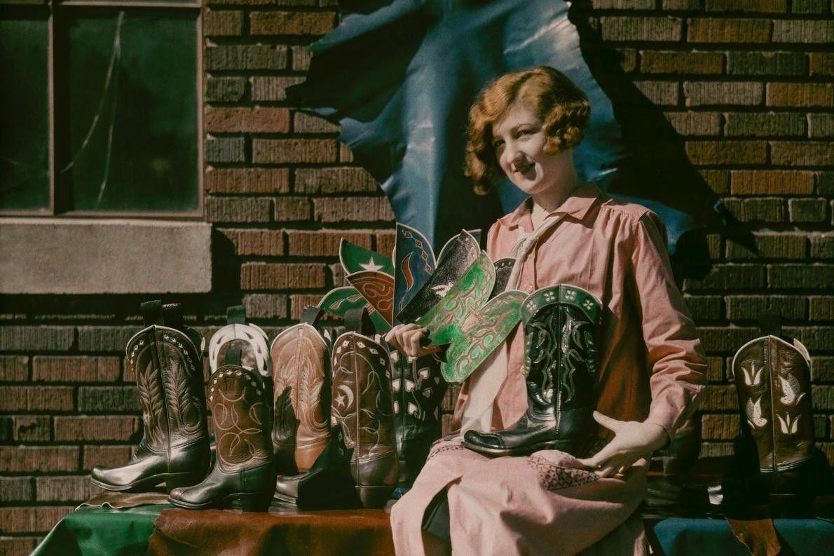 Frau präsentiert Stiefel