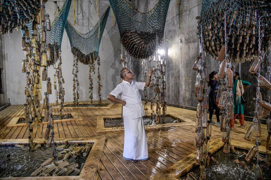 """Besucherinnen und Besucher bewundern die Installation """"Messages from the Atlantic Passage"""" (Botschaften von der Atlantikpassage) der ..."""
