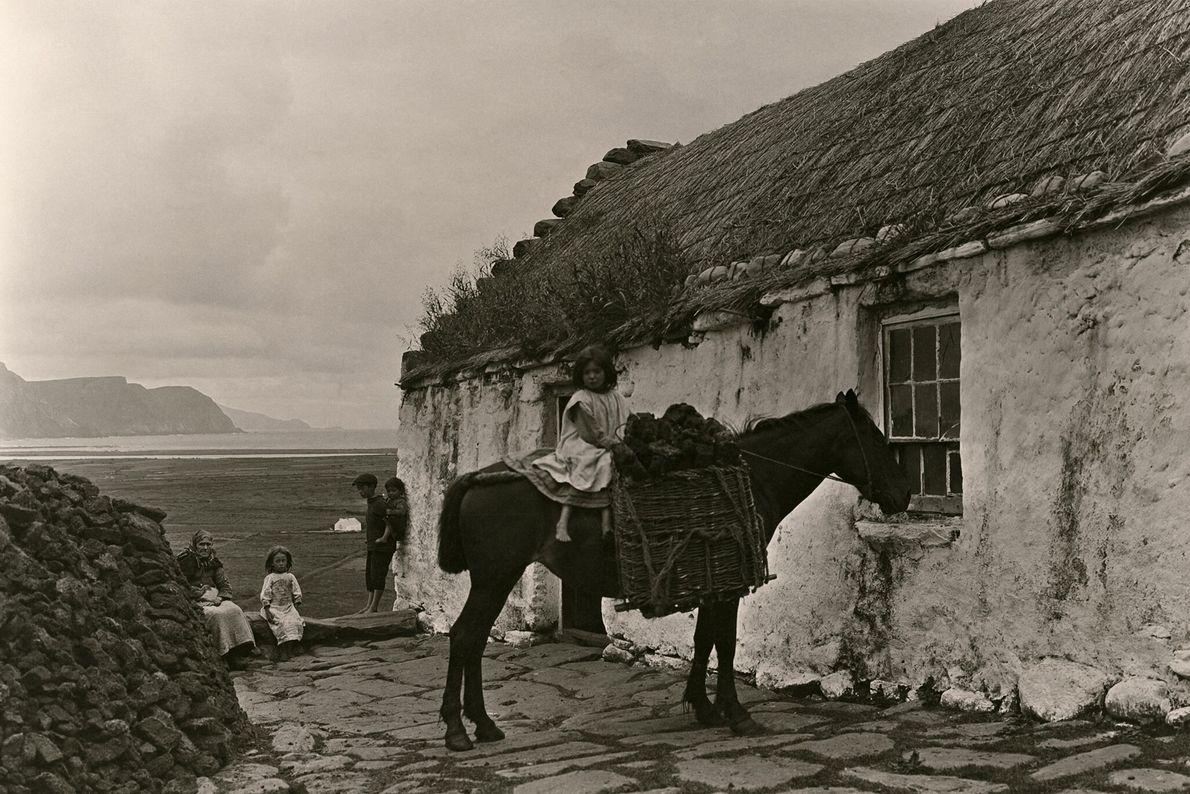 Ein Mädchen zu Pferd sammelt Torf auf Achill Island in der irischen Grafschaft Mayo.
