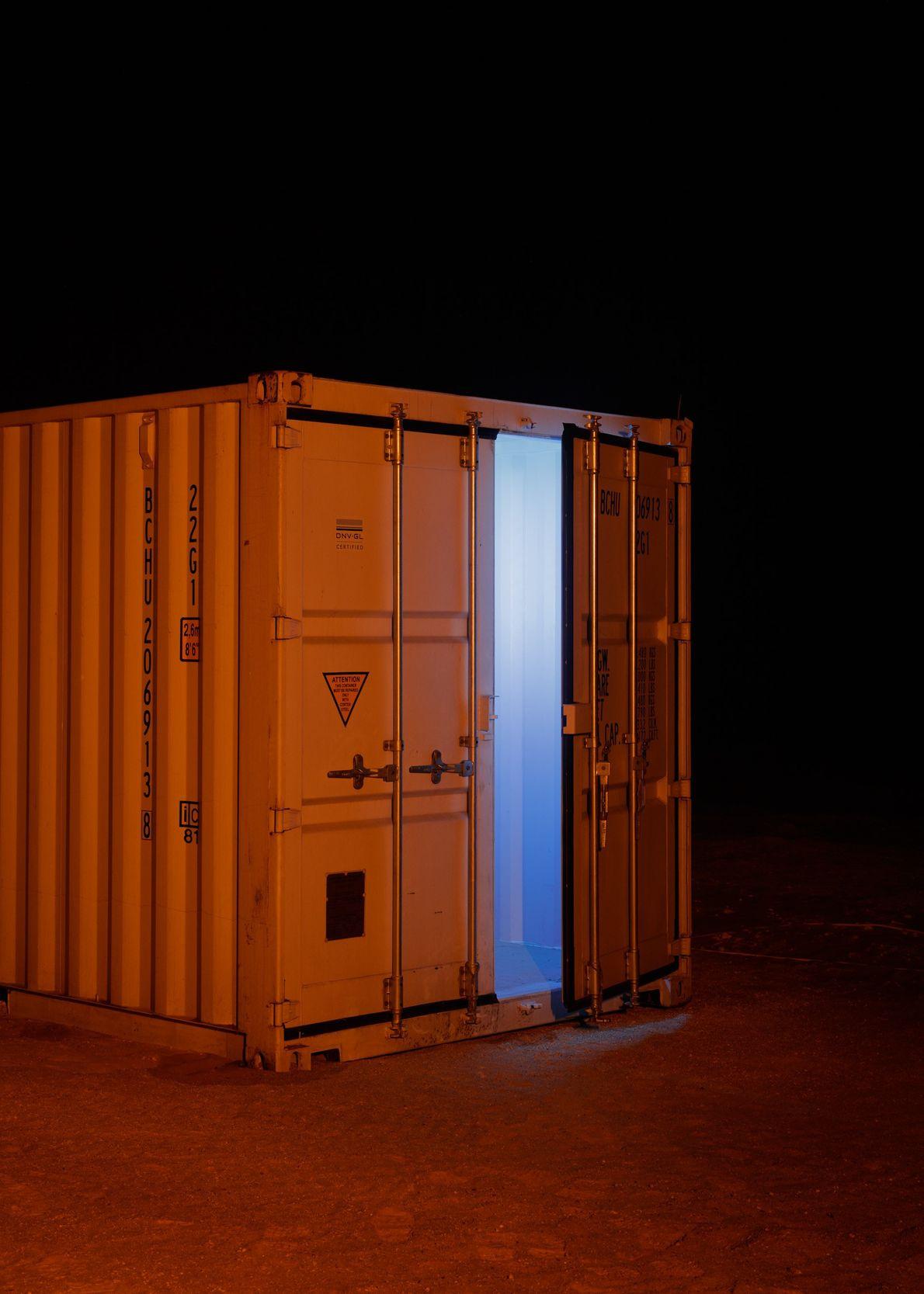 Aus einem Lagercontainer von AMADEE-18 dringt kühles Licht. Es hat über einen Monat gedauert, die Bestandteile ...
