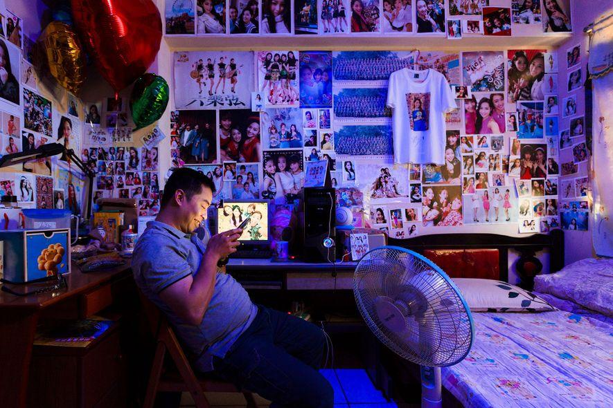 Kongto sieht sich in seinem Schlafzimmer in Miaoli, Taiwan, eine Livestreaming-Session von Yutong an, seiner Lieblingsstreamerin. ...