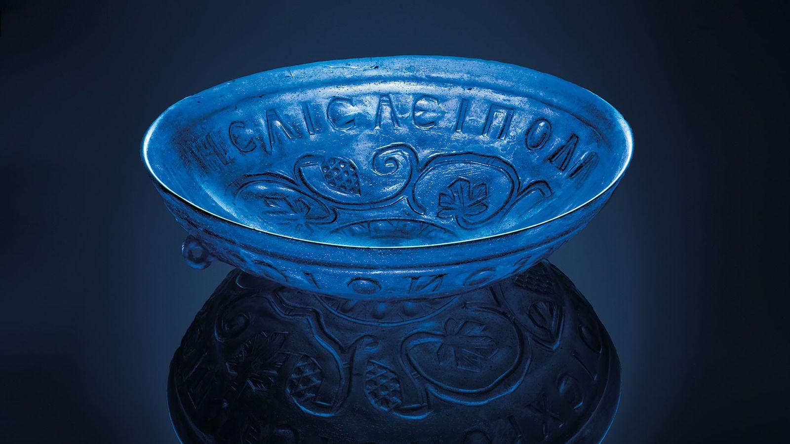 Diese 1.700 Jahre alte, durchsichtige Schale aus blauem Glas wurde neben der Frau gefunden, die im ...