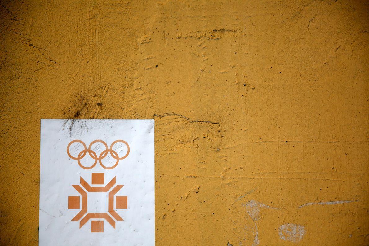 Das Logo der Olympischen Winterspiele in Sarajevo prangt an der Olympiahalle Juan Antonio Samaranch, 2013.