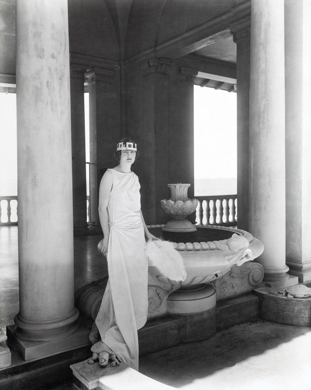 """Die """"Königin"""" von San Juan posiert 1924 für ein Foto. Zu den einheimischen Karnevalsveranstaltungen gehörten auch ..."""