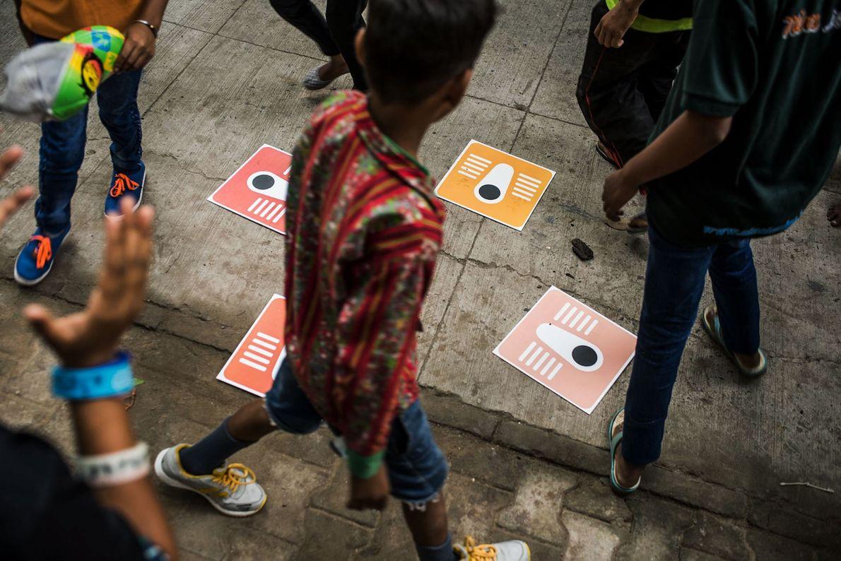 Kinder lernen Benutzung von Hochtoiletten