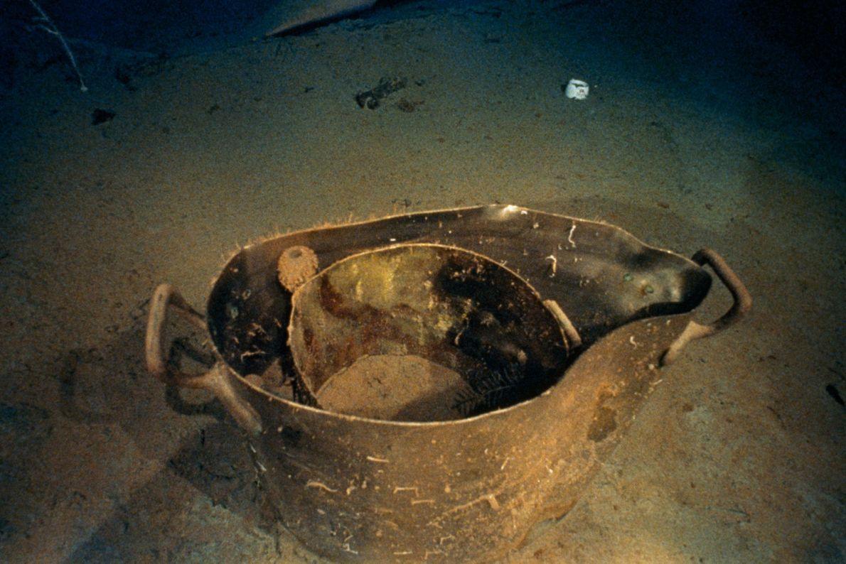 Zwischen den Trümmern finden sich auch kleine Gegenstände wie diese Metallkochtöpfe und eine White-Star-Tasse.