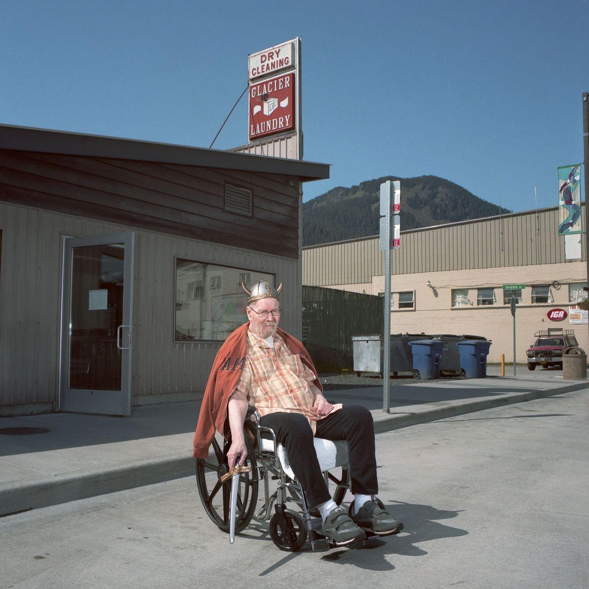 Mann im Rollstuhl mit Wikingerhelm
