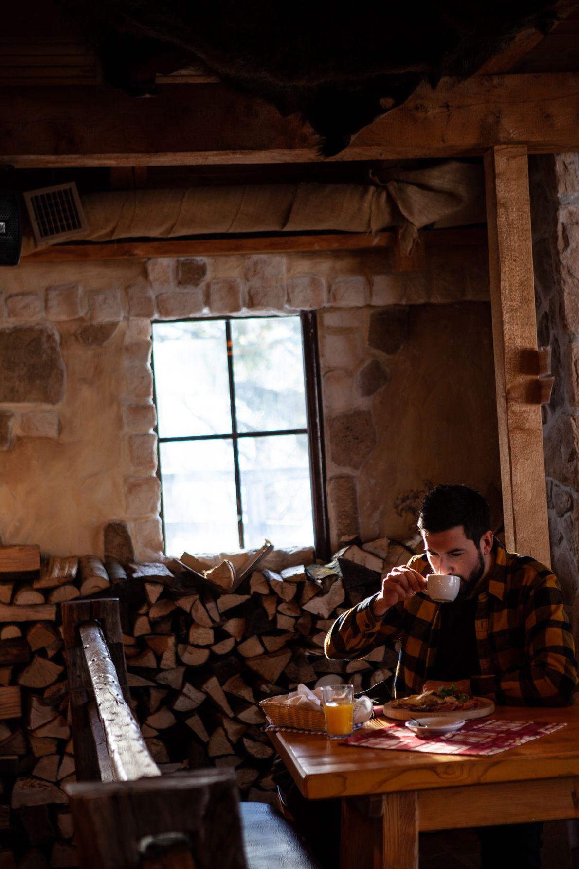 National Geographic-Fotograf Ciril Jazbec wärmt sich eine Weile lang in einer Hütte am Berg Vogel auf. ...