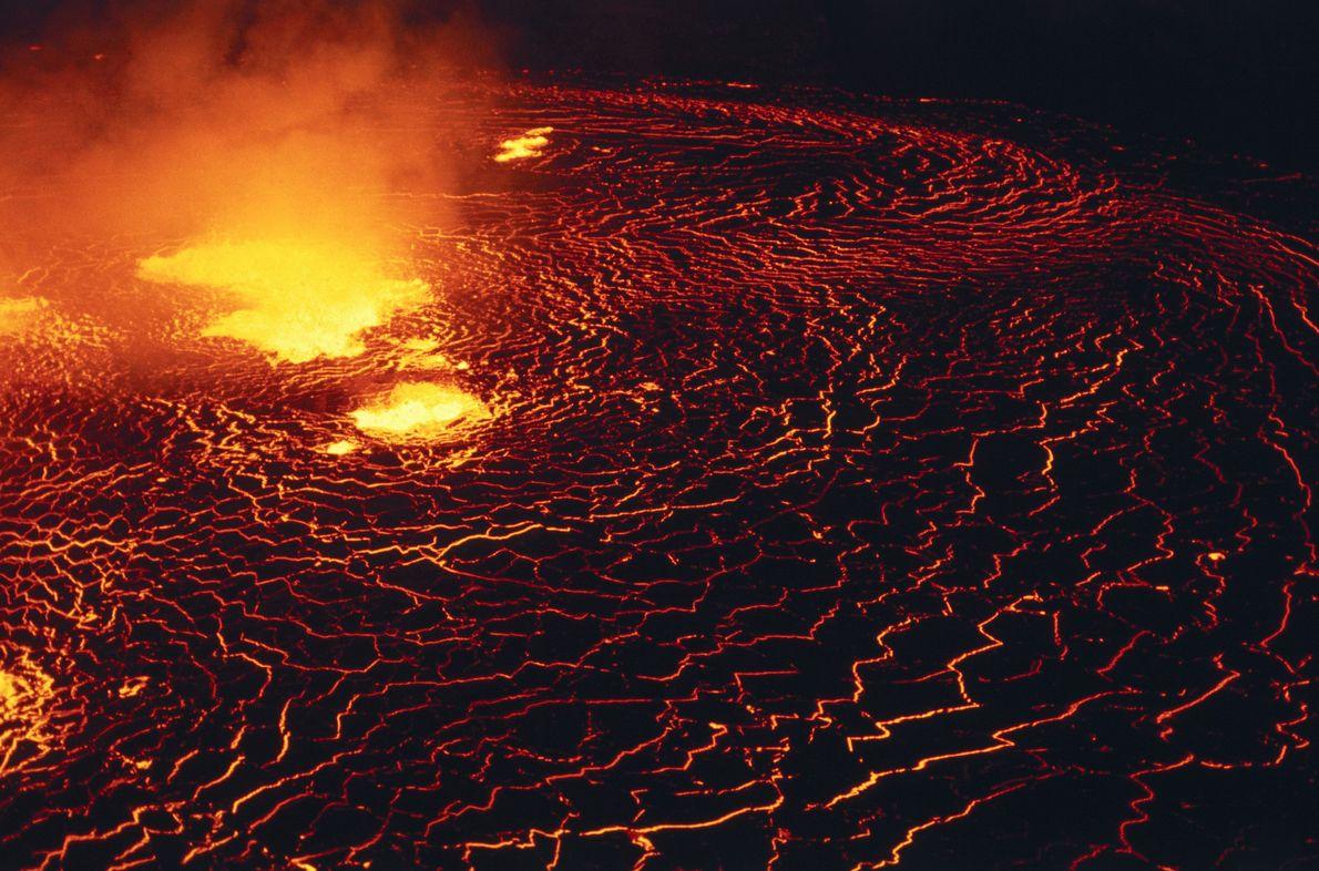 Im Halemaʻumaʻu-Krater des Kilauea befand sich lange ein See blubbernder Lava. Als der Vulkan 2018 jedoch ...