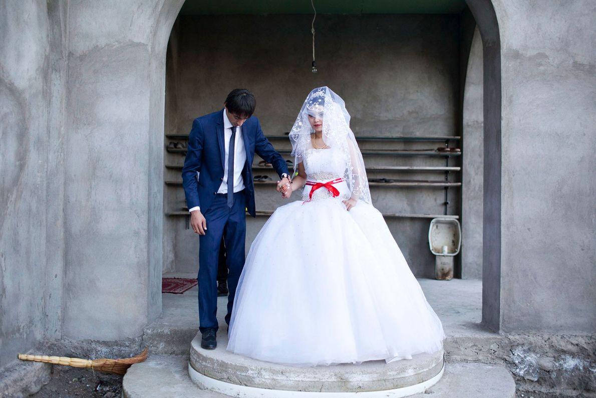 Foto von Braut und Bräutigam vor einer Moschee