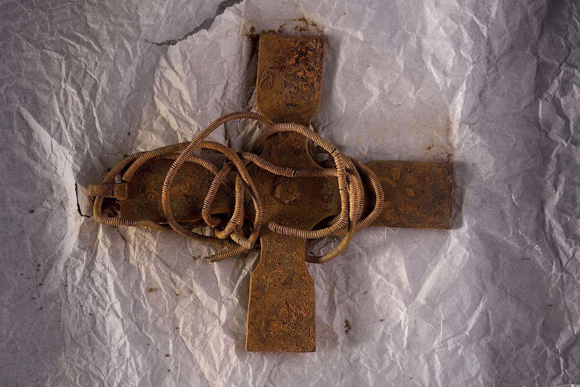 Dieses glasierte Kreuz wurde als Anhänger an einer Silberkette getragen.