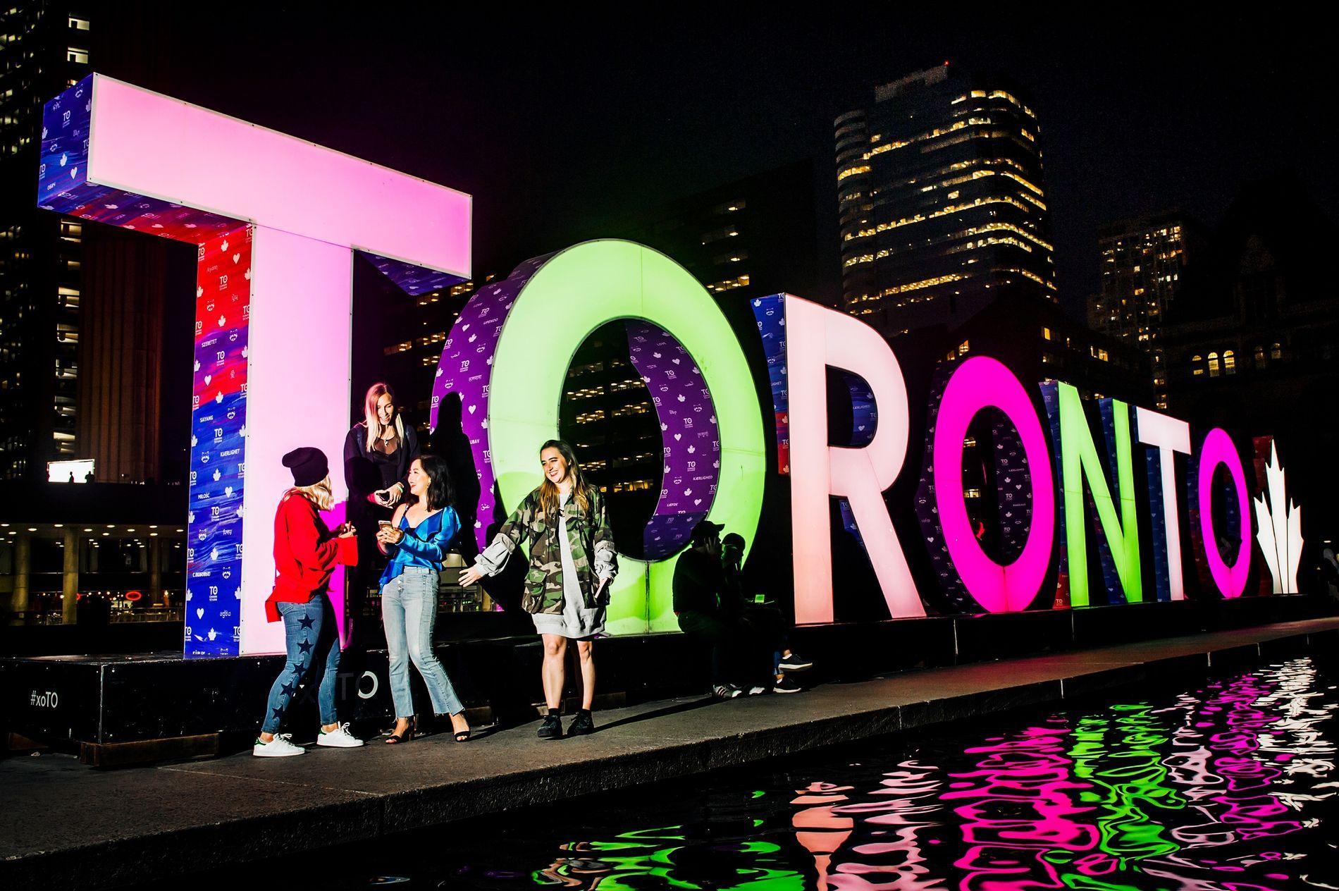 Der beleuchtete Toronto-Schriftzug auf dem Nathan Phillips Square bietet eine der besten Fotokulissen der Stadt.