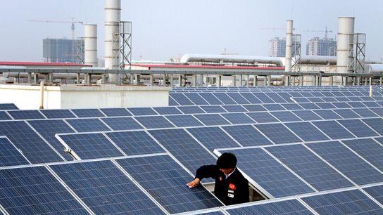 Solarmodul auf dem Dach eines Fabrikgebäudes