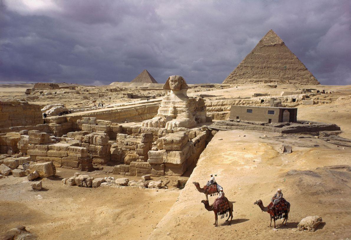 Die Pyramiden von Gizeh und die Große Sphinx.