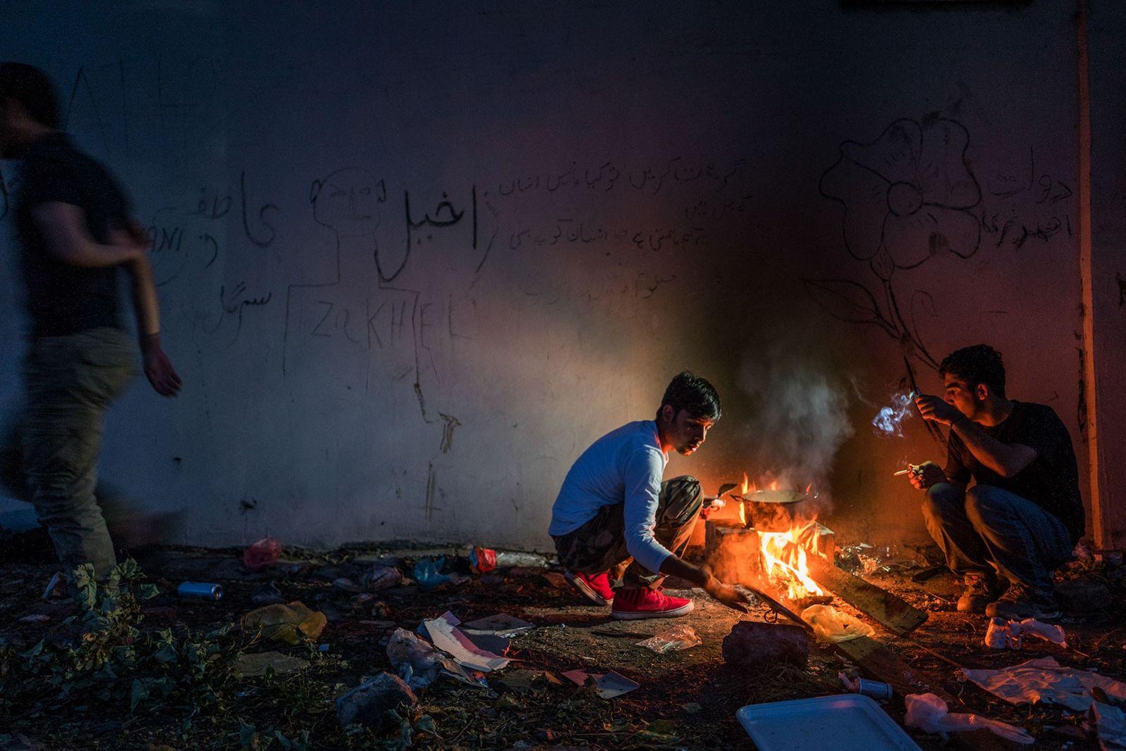 Hamid (16) kocht in einem verlassenen Gebäude in Sid. Michel Saint-Lot von UNICEF drückt seine Hoffnung ...
