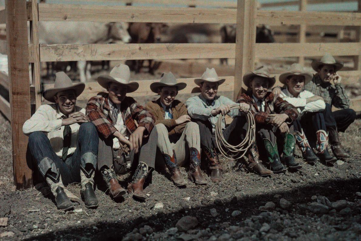 Cowboys und Reiter auf Zaun