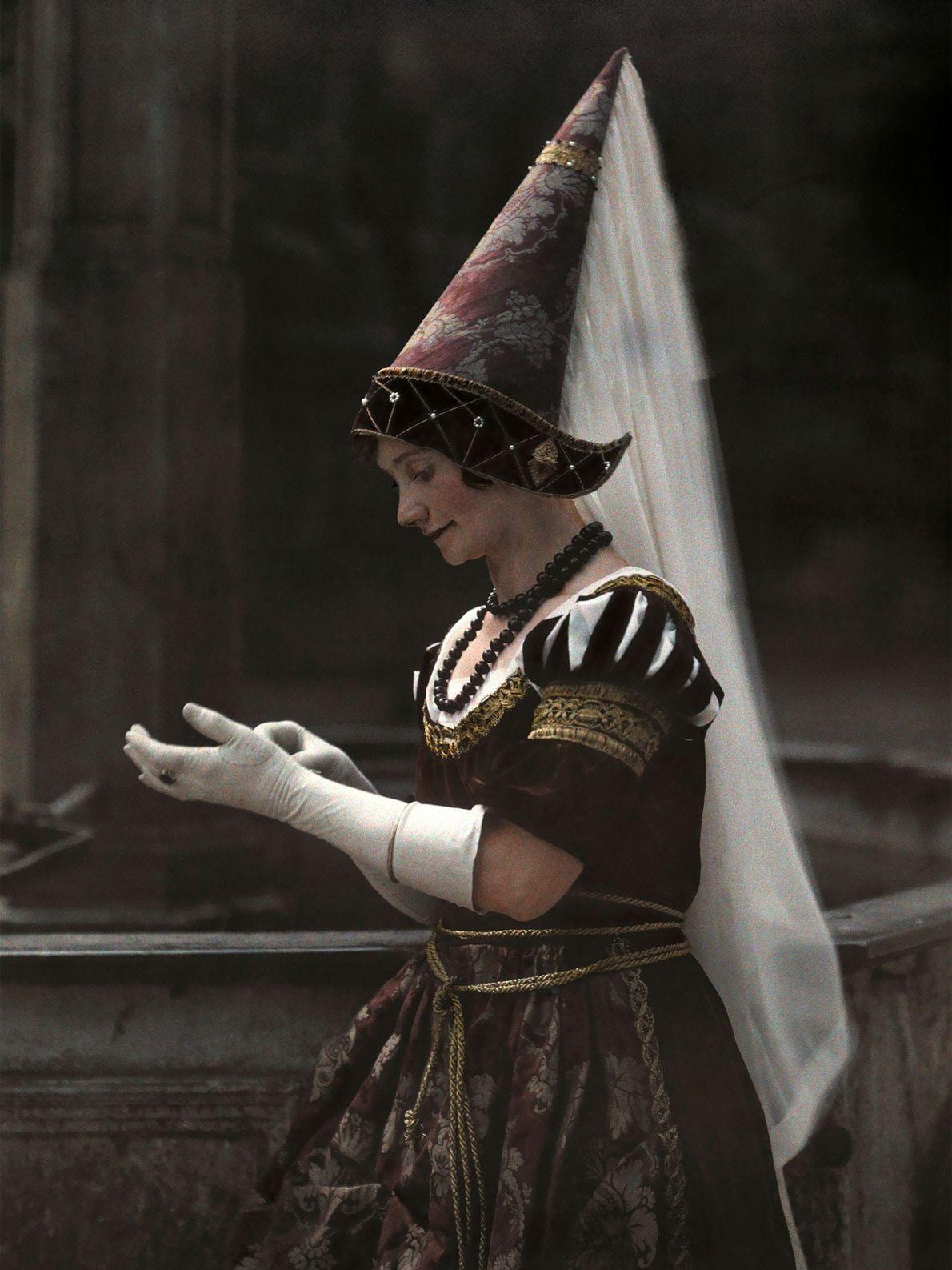 Eine bayerische Frau trägt im frühen 20. Jahrhundert einen Hennin – eine mittelalterliche, kegelförmige Kopfbedeckung für ...