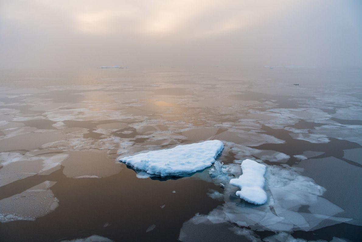 Sonnenaufgang an einem stillen Morgen in der Arktis.