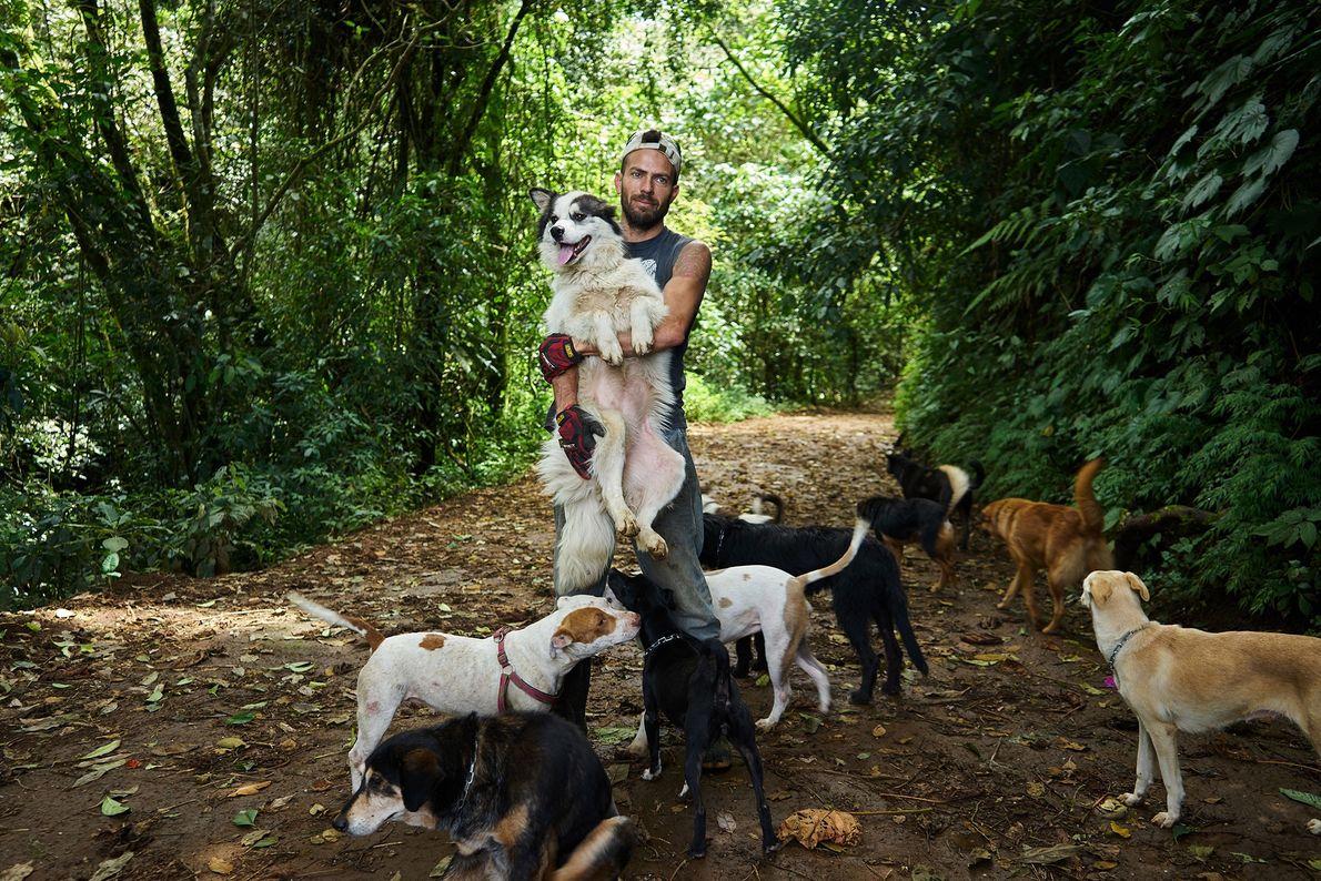 Mann und Hunde