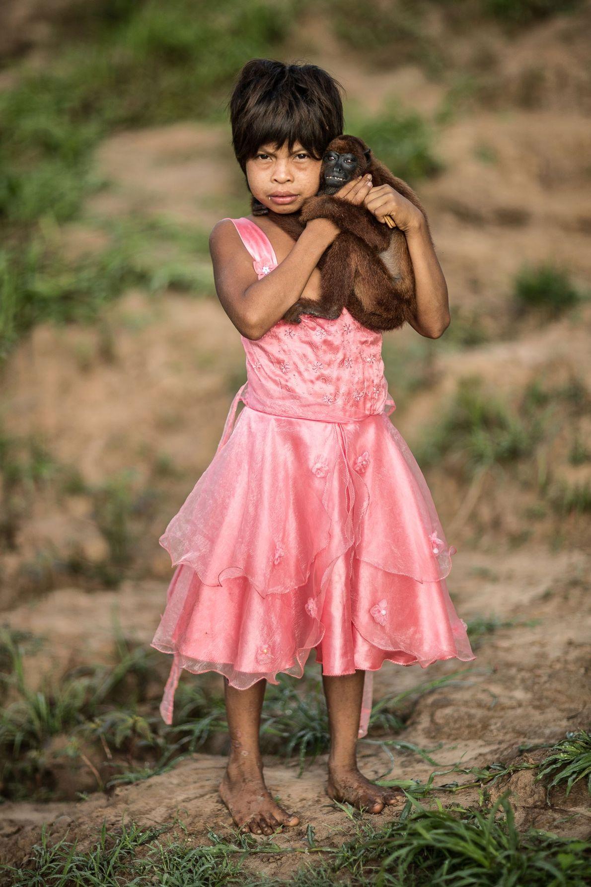 Miluska mit ihrem Brüllaffen. Miluska lebt am Rio Juruá in einem der abgelegensten Gebiete des peruanischen ...