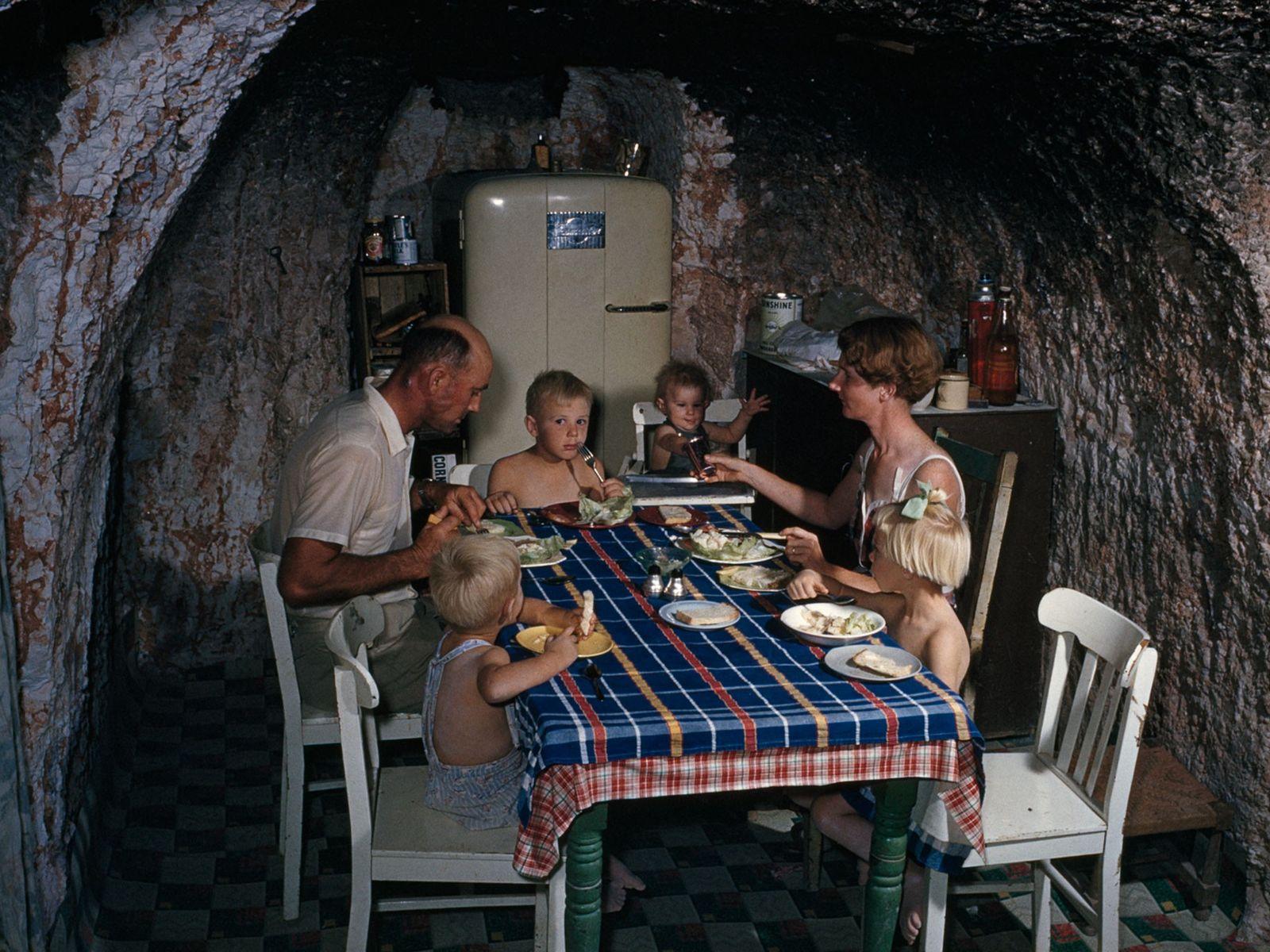 Bergarbeiterfamilie in Höhlenwohnung, Coober Pedy, Australien