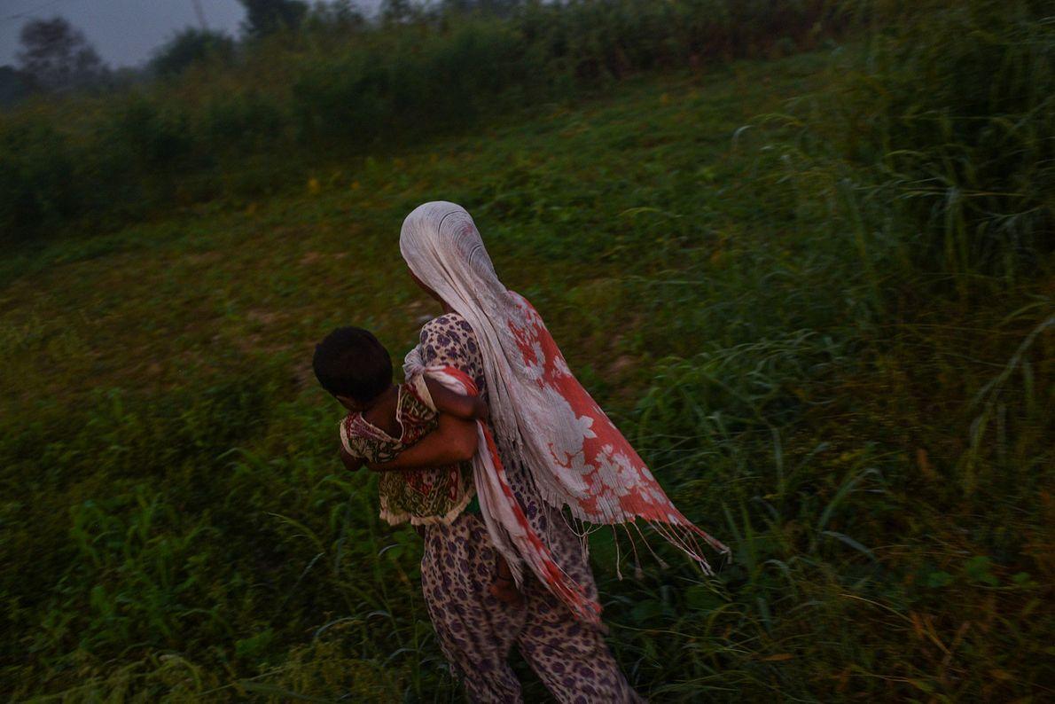 Frau mit Kind vor Feld