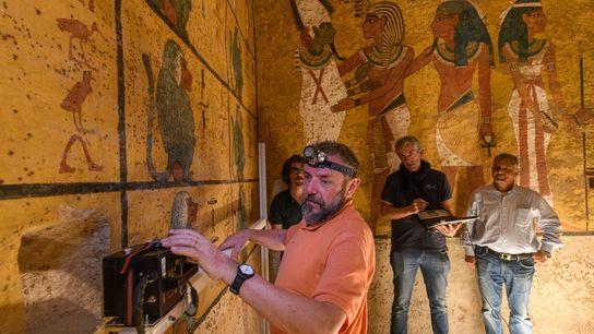 Ein technischer Mitarbeiter nutzt Bodenradar (GPR) um Hohlräume hinter der westlichen Wand von König Tutanchamuns Grab ...